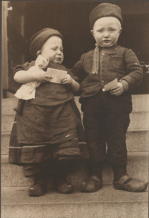 nypl.digitalcollections.Dutch children(500)